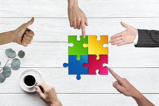 Opinnäytetyö esittelee monitoimijuutta kehittämisyhteisöissä ja ihmisten johtamisen hyvä käytäntöjä